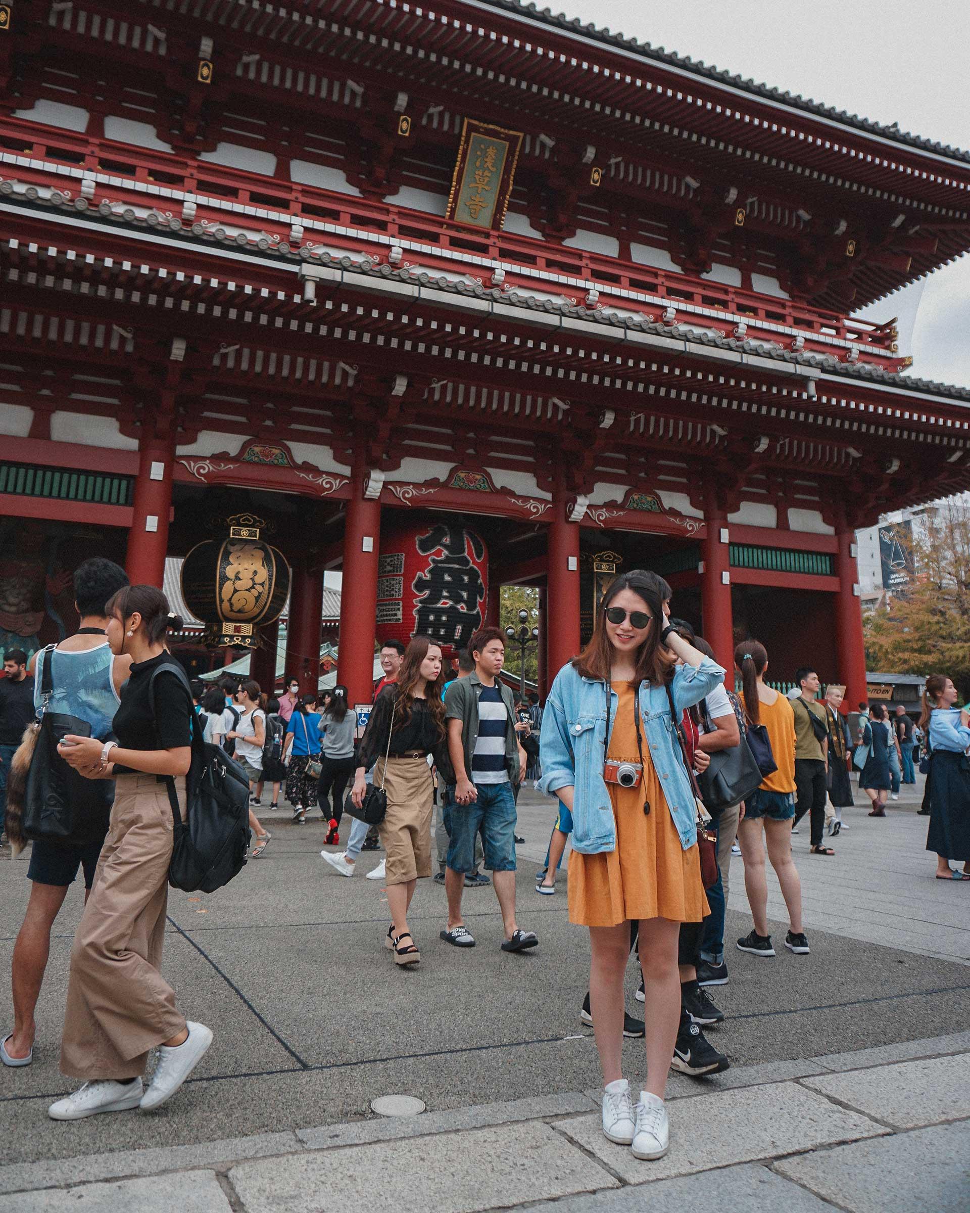 FattyBonbon headache pose in front of Hōzōmon Gate (宝蔵門)