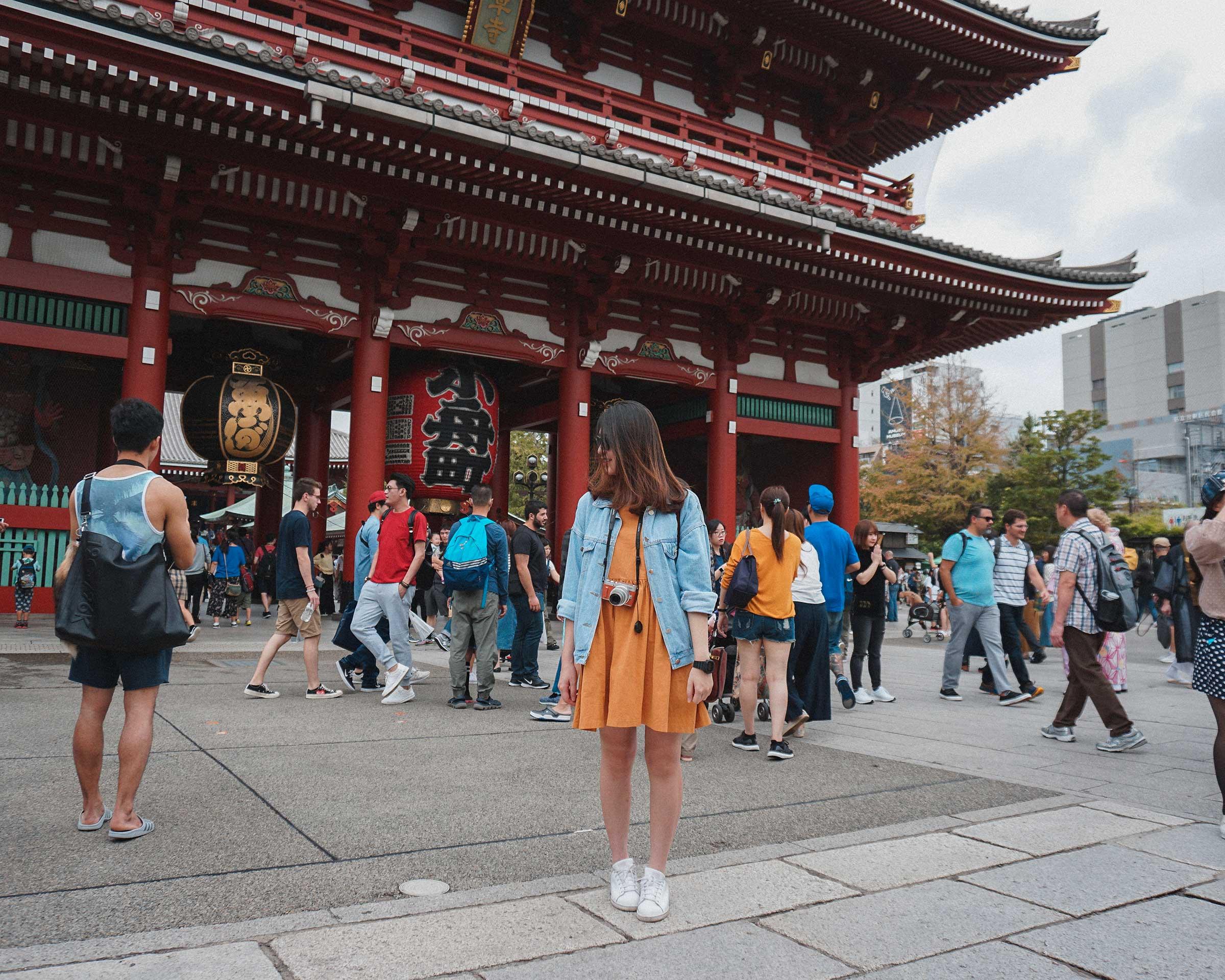 FattyBonbon standing in front of Hōzōmon Gate (宝蔵門)